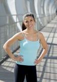 Sorridere felice della donna ispanica attraente allegro sul ponte urbano della città del metallo Fotografie Stock