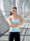 Sorridere felice della donna ispanica attraente allegro sul ponte urbano della città del metallo Immagine Stock Libera da Diritti
