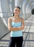 Sorridere felice della donna ispanica attraente allegro sul ponte urbano della città del metallo Fotografia Stock Libera da Diritti