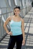 Sorridere felice della donna ispanica attraente allegro sul ponte urbano della città del metallo Immagine Stock