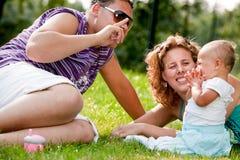 sorridere felice della famiglia del bambino immagini stock libere da diritti