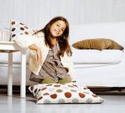Sorridere felice della piccola ragazza sveglia a casa, concetto della gente di stile di vita Immagine Stock Libera da Diritti