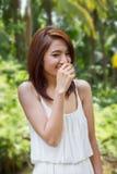 Sorridere felice, donna di risatina con l'atteggiamento positivo Immagine Stock
