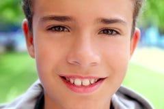 Sorridere felice a macroistruzione del fronte del primo piano dell'adolescente del ragazzo Immagine Stock Libera da Diritti