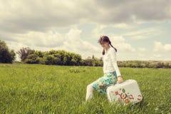 Sorridere felicemente ragazza con la valigia d'annata Immagini Stock Libere da Diritti