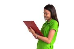 Sorridere femminile con la lavagna per appunti isolata su backgr bianco Immagini Stock Libere da Diritti