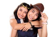 Sorridere femminile dei migliori amici del hispter isolato fotografie stock