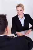 Sorridere femminile dell'uomo d'affari Fotografia Stock