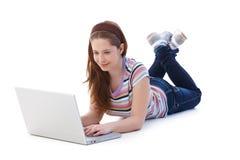 Sorridere grazioso del Internet di ricerca a scansione della scolara Immagine Stock