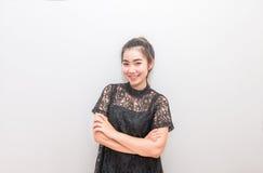 Sorridere grazioso di una donna dell'Asia e braccio trasversale Immagine Stock Libera da Diritti