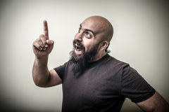 Sorridere indicando uomo barbuto Fotografie Stock