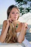 Sorridere intrigante beaty nel bianco Fotografie Stock