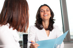 Sorridere ispano della donna di affari Immagine Stock Libera da Diritti