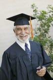Sorridere laureato dell'anziano fuori Immagini Stock