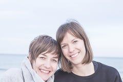 Sorridere normale di due ragazze immagini stock libere da diritti