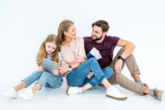Sorridere parents con i passaporti e biglietti e figlia con la compressa fotografie stock libere da diritti