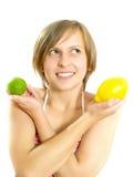 Sorridere signora abbastanza giovane con il limone e la limetta Fotografie Stock