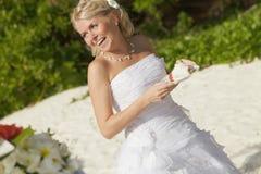 Sorridere splendido della sposa, stante davanti alla tavola con il pezzo o Fotografia Stock Libera da Diritti