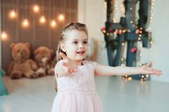 Sorridere sveglio 5 anni della ragazza del bambino che celebra compleanno Fotografie Stock