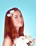 Sorridere sveglio della bella giovane donna in vestito dal fiore Fotografie Stock Libere da Diritti