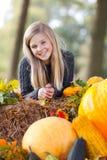 Sorridere sveglio della ragazza di autunno fotografia stock