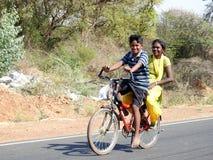 Sorrindo caçoa em uma bicicleta, Bangalore, Índia Fotografia de Stock