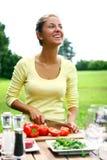 Sorrindo e cozinhando bonito da mulher Imagem de Stock