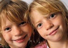 Sorrindo gêmeos foto de stock