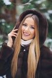 Sorrindo, moça feliz que anda na floresta do inverno Imagens de Stock Royalty Free