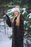 Sorrindo, moça feliz que anda na floresta do inverno Imagens de Stock