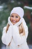 Sorrindo, moça feliz que anda na floresta do inverno Imagem de Stock