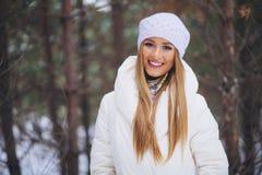 Sorrindo, moça feliz que anda na floresta do inverno Foto de Stock Royalty Free