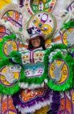 Sorrindo, o líder de dança do troope no traje brilhantemente colorido, executa em Junkanoo, um festival cultural da ilha tradicion Fotografia de Stock
