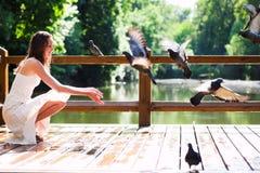 Sorrir senta-se com pombas Foto de Stock Royalty Free