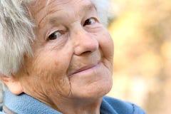 Sorrisi anziani della donna Fotografia Stock Libera da Diritti