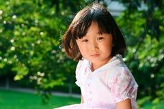 Sorrisi cinesi della ragazza Fotografie Stock