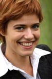 Sorrisi della giovane donna Fotografia Stock
