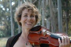 Sorrisi e violini Fotografia Stock Libera da Diritti