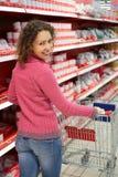sorrisi mezzi del negozio che si levano in piedi donna girata immagini stock libere da diritti