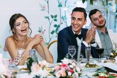 Sorrisi sinceri della coppia sposata allegra Fotografia Stock