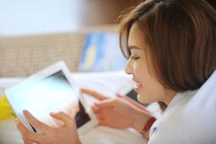 Sorriso adolescente asiático bonito com Ipad Foto de Stock