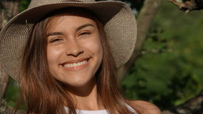 Sorriso adolescente latino-americano bonito da menina foto de stock