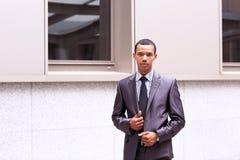 Sorriso africano novo orgulhoso do empresário de negócio Imagens de Stock