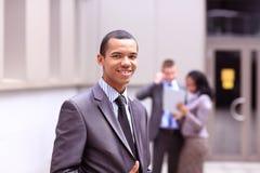 Sorriso africano novo orgulhoso do empresário de negócio Imagens de Stock Royalty Free