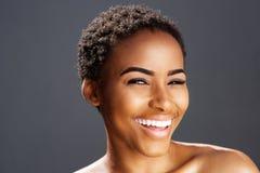 Sorriso afro-americano do modelo de forma Imagens de Stock Royalty Free
