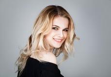 Sorriso alegre da mulher Menina bonito com penteado ondulado foto de stock