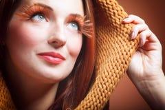 Sorriso allegro dei eye-lashes freschi della ragazza della donna di autunno Fotografie Stock Libere da Diritti
