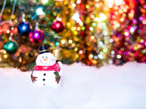 Sorriso allegro del pupazzo di neve su neve Immagini Stock