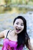 Sorriso aperto della bocca della donna americana giapponese al fiume Fotografia Stock
