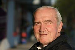 Sorriso aposentado do homem fotografia de stock